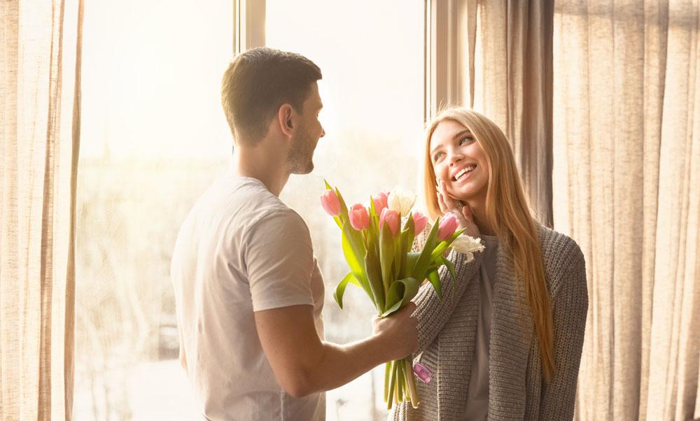 Mann schenkt Frau Blumen