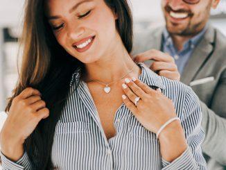 Mann schnek Frau eine Halskette