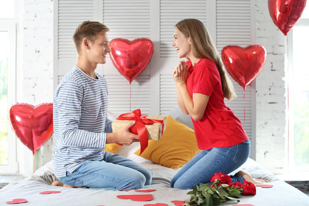 Mann gibt Geschenk zum Jahrestag an seine Frau